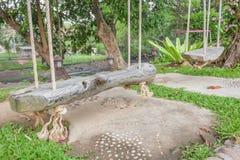 Древесина места качания Старое деревянное место качания имеет природу веревочки белую в саде Стоковое Изображение