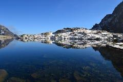 Древесина парка зеленого цвета голубого неба природы горы заволакивает отражение озера славное Стоковая Фотография RF