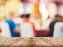 Древесина перспективы коричневая над нерезкостью в ресторане - смогите быть использовано для дисплея или монтажа ваши продукты стоковые фото