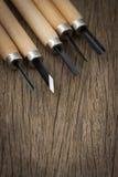 Древесина 5 ПК высекая граверов работая WoodWorking на деревянном столе, зубило комплекта ручного резца зубила плотничества селек Стоковое фото RF