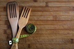 Древесина покрытая с лентой & x28; концепция диеты и здорового food& x29; стоковые фотографии rf