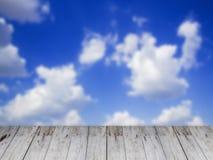 Древесина предпосылка и текстура неба сцены Стоковая Фотография