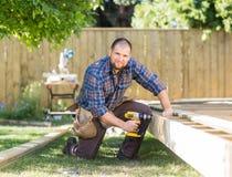 Древесина работника физического труда сверля на строительной площадке Стоковое Фото