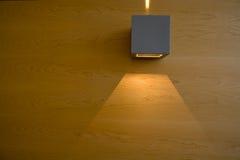 древесина света горящей свечи Стоковые Изображения
