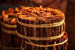Древесина циннамона на местном рынке в свете утра Pakse, Champasak, Лаос Теплый тон красивейший свет стоковое изображение