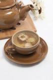 древесина чайника чая пусковой площадки чашки хризантемы стоковое изображение