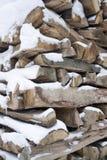 древесина штабелированная снежком стоковое фото