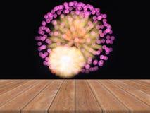 Древесину перспективы коричневую над красочными фейерверками можно использовать для дисплея или монтажа ваши продукты Стоковое Фото