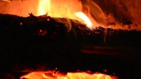 Древесины горят внутри камина акции видеоматериалы