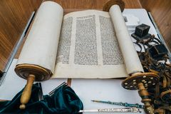 Древнееврейский религиозный рукописный перечень пергамента Torah стоковое изображение