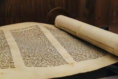 Древнееврейский религиозный рукописный перечень пергамента Torah стоковые фотографии rf