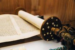 Древнееврейский религиозный рукописный перечень пергамента Torah стоковая фотография