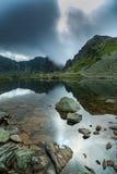 Древнее ледниковое озеро в облаках Альпов и шторма Стоковые Фотографии RF