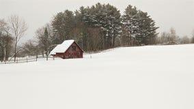 Древнее снежное поле и красный амбар стоковые изображения rf