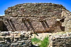 Древние стены и вход к прошлому с желтыми цветками под голубым небом Стоковое Изображение RF