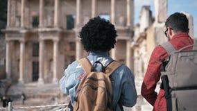 Древний город Ephesus посещения 2 людей в Selcuk Izmir сток-видео