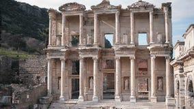 Древний город Ephesus посещения 2 людей в Selcuk Izmir акции видеоматериалы