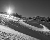 Древний снег с смещениями и следами лыжи Стоковая Фотография