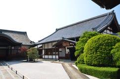 Древний храм Японии с зеленым цветом и двором Стоковая Фотография RF