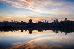 Древний храм Angkor Wat на восходе солнца Камбоджа ужинает siem Стоковые Изображения RF