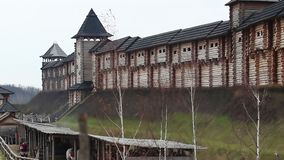 Древняя крепость стоит на холмах Замок средних возрастов красивый, история видеоматериал