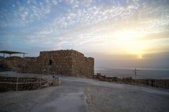 древняя крепость Masada на зоре Руины старой еврейской крепости в пустыне Осмотр достопримечательностей в Израиле archfiend стоковая фотография rf