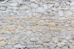 Древняя стена сделанная серых и бежевых камней как предпосылка или фон Стоковые Изображения RF