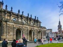 Дрезден, Германия - 31-ое декабря 2017: Памятник к королю Джону Саксонии, замок католической церкви и Дрездена, Дрезден стоковые изображения