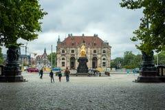 Дрезден, Германия, Zwinger 10-ое июля 2018 Неопознанные туристы посещают старую историческую часть города стоковое фото rf