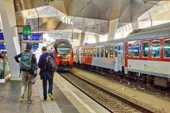 ДРЕЗДЕН, GERMANY-SEPTEMBER 10,2015: Междугородный поезд на railwa Стоковые Фотографии RF