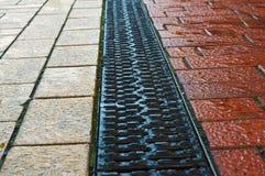 Дренаж на тротуаре стоковые фото