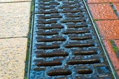 Дренаж на тротуаре стоковое изображение rf