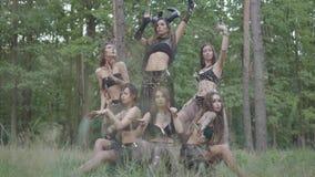 Дриады или феи леса с ложными когтями на пальцах танцуя под деревьями, двигая их руки Старый ритуал  акции видеоматериалы