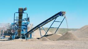 Дробилка щебня работает на карьере Концепция горнодобывающей промышленности сток-видео