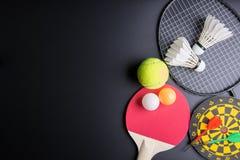 Дротики, настольный теннис ракетки, шарик пингпонга, Shuttlecocks, Badmin Стоковые Фотографии RF