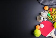 Дротики, настольный теннис ракетки, шарик пингпонга, Shuttlecocks, Badmin Стоковое фото RF