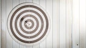 Дротики ударяя в dartboard цели разбивочном иллюстрация вектора
