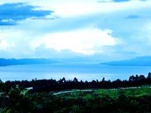 Другая сторона Toba озера стоковые фотографии rf