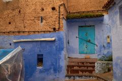 Другие цвета голубых стен и коричневых крыш с плитками medina, Chefchaouen, Марокко Стоковое Изображение