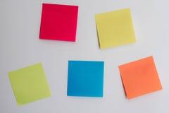 Другие цвета липких примечаний для того чтобы написать важные вещи вниз дальше Стоковые Изображения RF