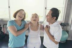 Друг группы старшия на спортзале йоги усмехаясь и счастливого пожило стоковые фото