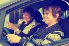 Друг 2 женщин в автомобиле стоковое фото