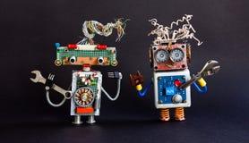 Дружелюбная концепция ремонтного службы роботов Творческий киборг дизайна забавляется, ключ руки разводного гаечного ключа на чер Стоковое Изображение RF