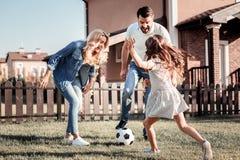 Дружелюбная симпатичная семья имея потеху и играть Стоковое фото RF