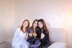 Дружелюбные женские друзья холодные тратят время и злословят, празднуют h Стоковое фото RF