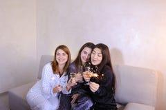 Дружелюбные женские друзья холодные тратят время и злословят, празднуют h Стоковые Изображения