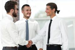 Дружелюбные коллеги рукопожатия на встрече Стоковое Фото
