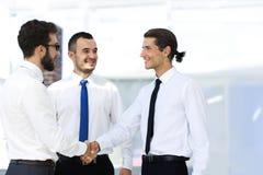 Дружелюбные коллеги рукопожатия на встрече Стоковые Фото