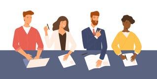 Дружелюбные люди и женщины сидя на таблице, держа CV и спрашивая вопросы во время собеседования для приема на работу Усмехаясь HR стоковое изображение rf