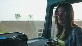 Дружелюбный водитель фуры дает чашку горячего чая к автостопщику девушки видеоматериал